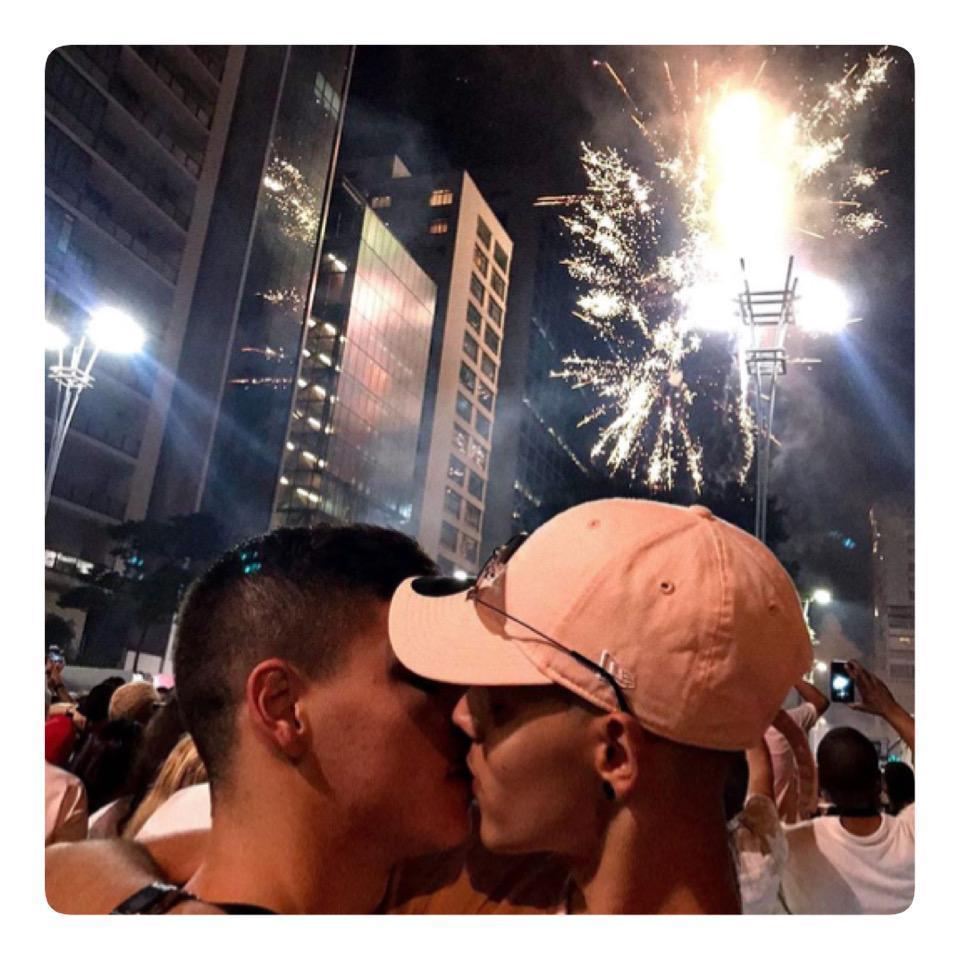 As cores do amor encontrei em vc! . #gaybrasil #casalgay #gay #lgbt #pride #gaystagram #instagay #boyfriend #amorgay #amor #orgulholgbt #orgulhogay #samesex #gaylove #gaycouple #namorados #lovegay #love #beijogay #gaykiss #cute #guys #carinho #CasalSemAspaspic.twitter.com/OwEBrFIUgZ