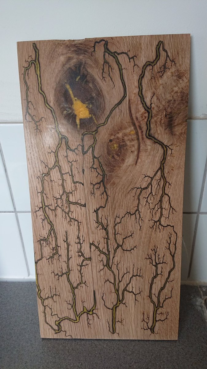 Got to love a bit of yellow, perfectly contrasting the dark oak, think I'll turn this is to some more coasters  #woodburning #lichtenberg #fractal #fractalburn #fractalwoodburning #dangerhighvoltage #homedecor #handmade #glasscastresin #etsy #coasters #epoxy #epoxyresin pic.twitter.com/GGXyRNXRdO