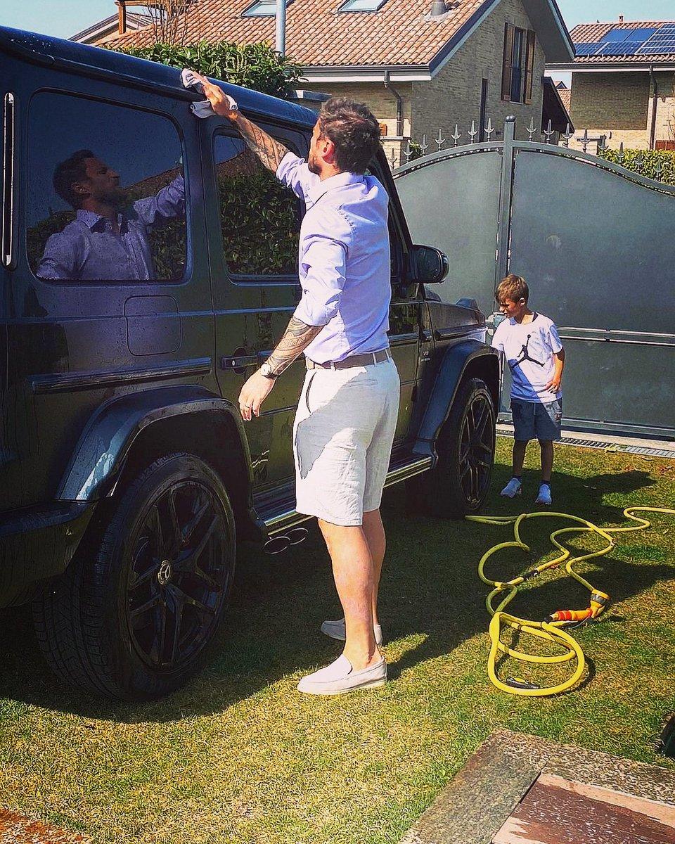 Quando fuori c'è il sole e allora decidi di lavare l'auto. Ma poi ti ricordi di essere in quarantena. 👌😂 #quarantine #home #carwash