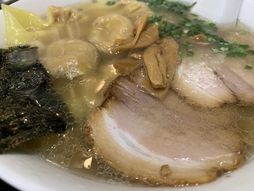 雲呑麺¥900叉焼ライス¥150ワンタン5つ入ってましたが、肉餡たっぷり餃子みたい⁉︎スープも美味し...  #tabelog