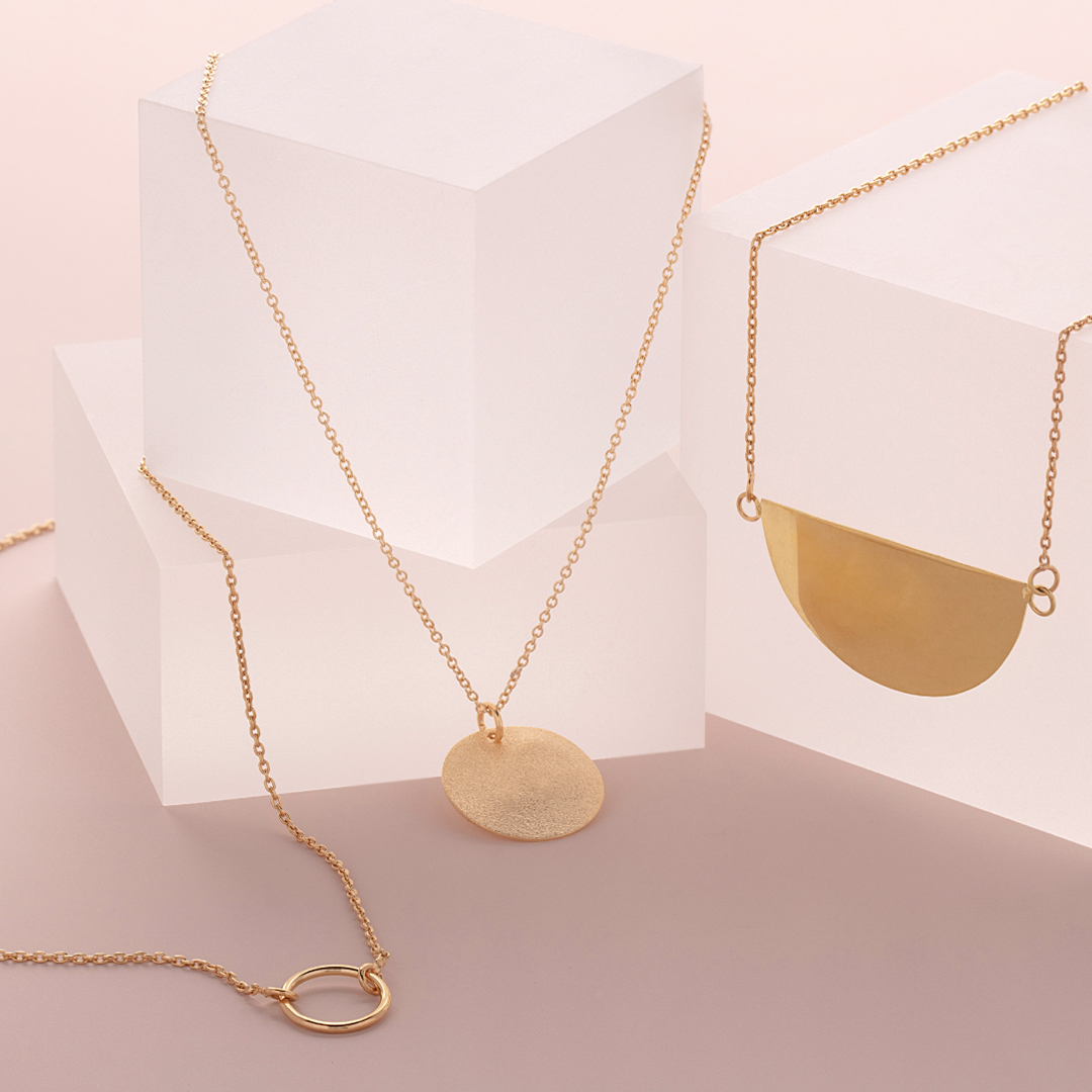Coffee, contour, computer and cute necklaces 😍 . . . #sterlingforever #necklaces #gold #layered #pendant #jewelry #fashion #womensstyle #trendy #jewelrylove #cute #musthave #trends #styleguide #obsessed #giftidea