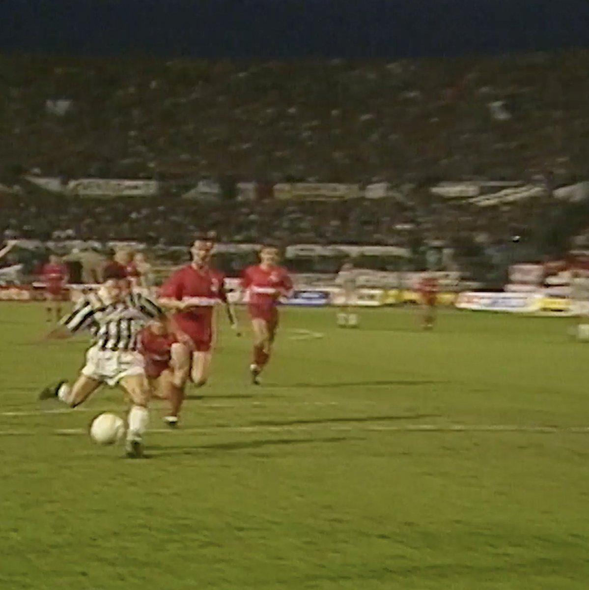 Aquela recordação da semi-final da Taça da UEFA de 1990!  ⚽️👌  #GolDoDia #ForzaJuve