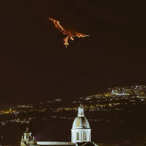 """Vale pues resulta que anoche el volcán Etna erupcionó y dejó esto en el cielo, que se parece mucho a """"La caída de Lucifer"""" de Gustave Doré."""