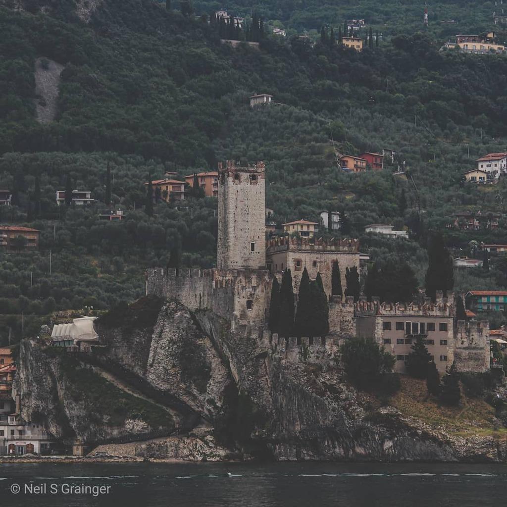 Over the water from Limone is Malcesine. Here is the castle that guards it. . . . . #amomentintime #wanderlust #liveforthestory#roamtheplanet #visualoflife #createexplore #streetmobs #moodygrams #theworldshotz #neverstopexploring#toneitup #agameoftones #… https://instagr.am/p/B-fX_iVBI35/pic.twitter.com/GvNvSJeTbJ