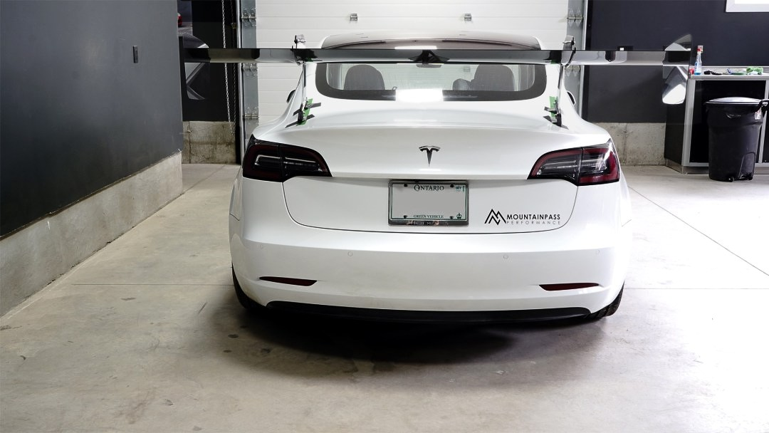 Anyone have a spare white trunklid?   #mountainpassperformance #customdesign #racecar #model3 #teslamodel3 #model3performance #racing #wing #carbon #swanneckpic.twitter.com/RAF8mcBSwe