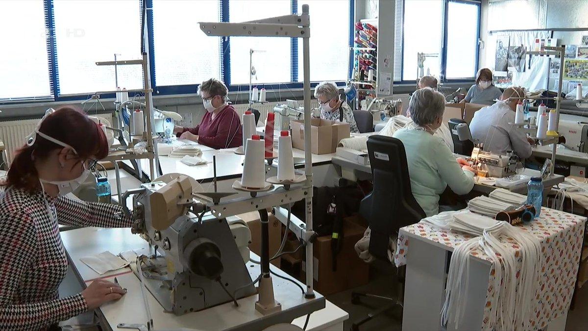 Statt Tischwäsche und Geschirrtücher stellt eine Firma in #Sachsen nun #Atemschutzmasken her. Das #Unternehmen hat dafür seine #Produktion komplett umgestellt. 2000 Stück am Tag schaffen die Näherinnen. #COVID19Pandemic #Mundschutz #Mundschutzmaskenpic.twitter.com/9SY0bfMjYO