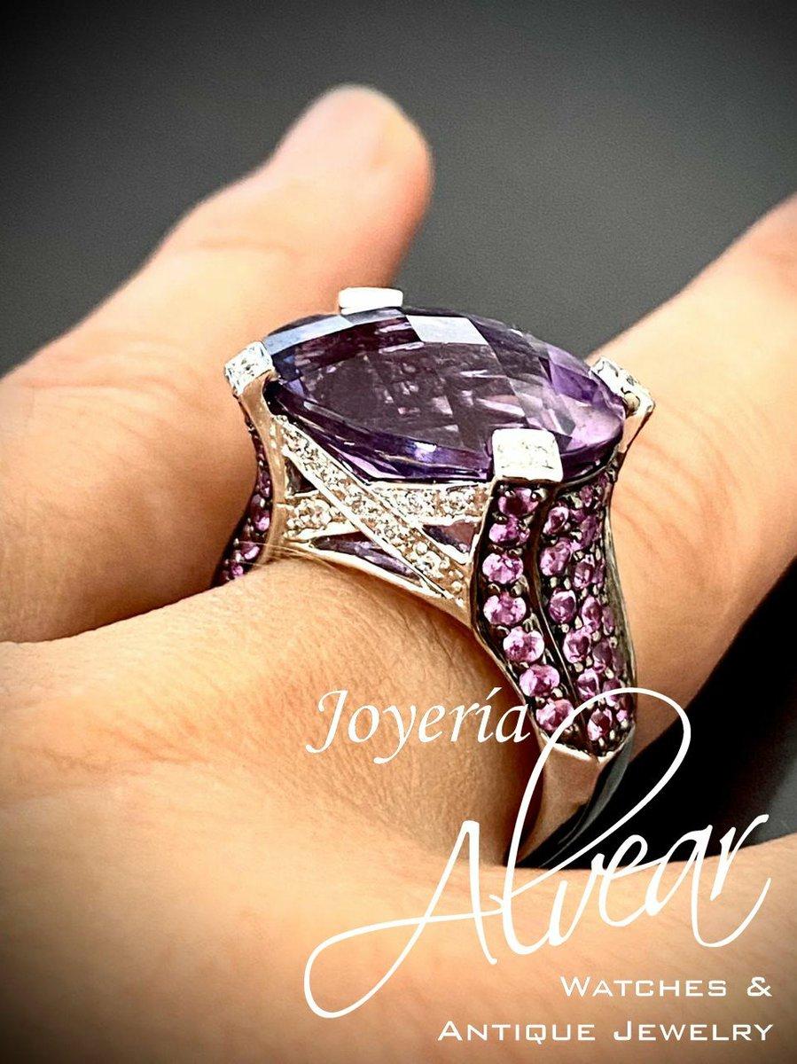 Imponente Anillo de Dama. Realizado integramente a mano, en su centro una increible Amatista Natural. Origen europeo inglés circa 2010. Whatsapp.+54 9 11 6281-7755 #antiquejewelry #vintagejewelry #rings #ring #engagement #instajewelry #ringstack #diamond #jewellery #jewelry