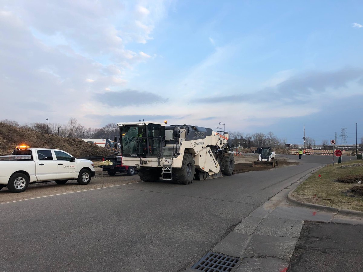 Construction on the Hadley Avenue Interchange in @oakdalemn is back! Crew are out reclaiming the Fleet Farm connection road and gas station road today. Next week, they will be working on storm sewer pipe Installation and grading operations. pic.twitter.com/YOoXs0JrRA