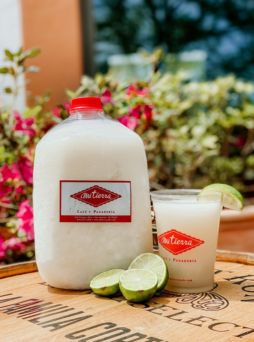 Snag yourself margaritas by the gallon at #MiMercado #Popup at #MiFamilia de Mi Tierra in #TheRim. @mifamiliarim #TexMex http://ow.ly/duVD30quPHIpic.twitter.com/31eujuauG6