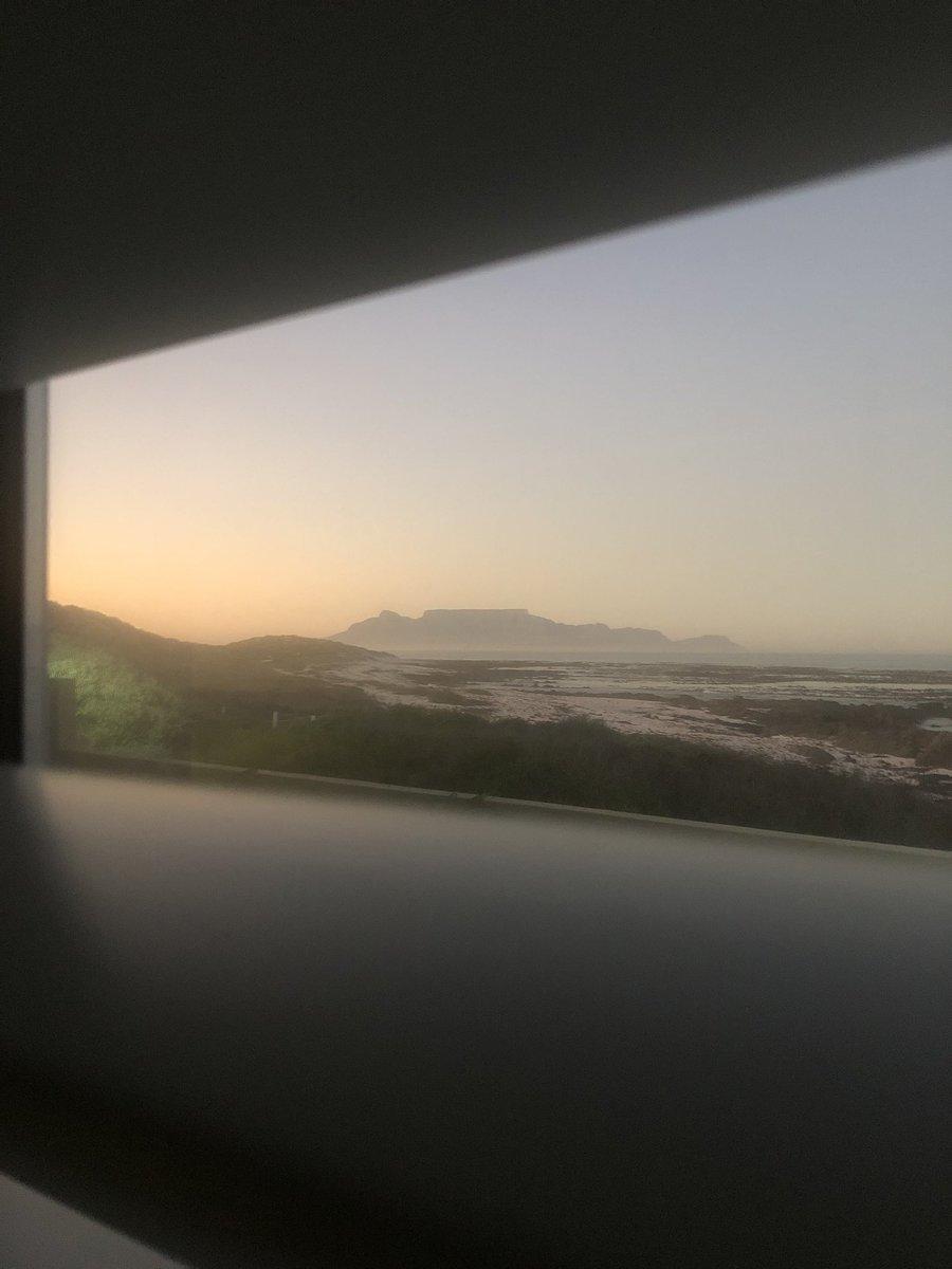 Room with a view - Good Morning  #sunrise #tablemountain #beach #lifesabeach #coffee #friday #westcoast #melkbosstrand #worldsonbeauty #ocean  pic.twitter.com/wWQbSbUGei