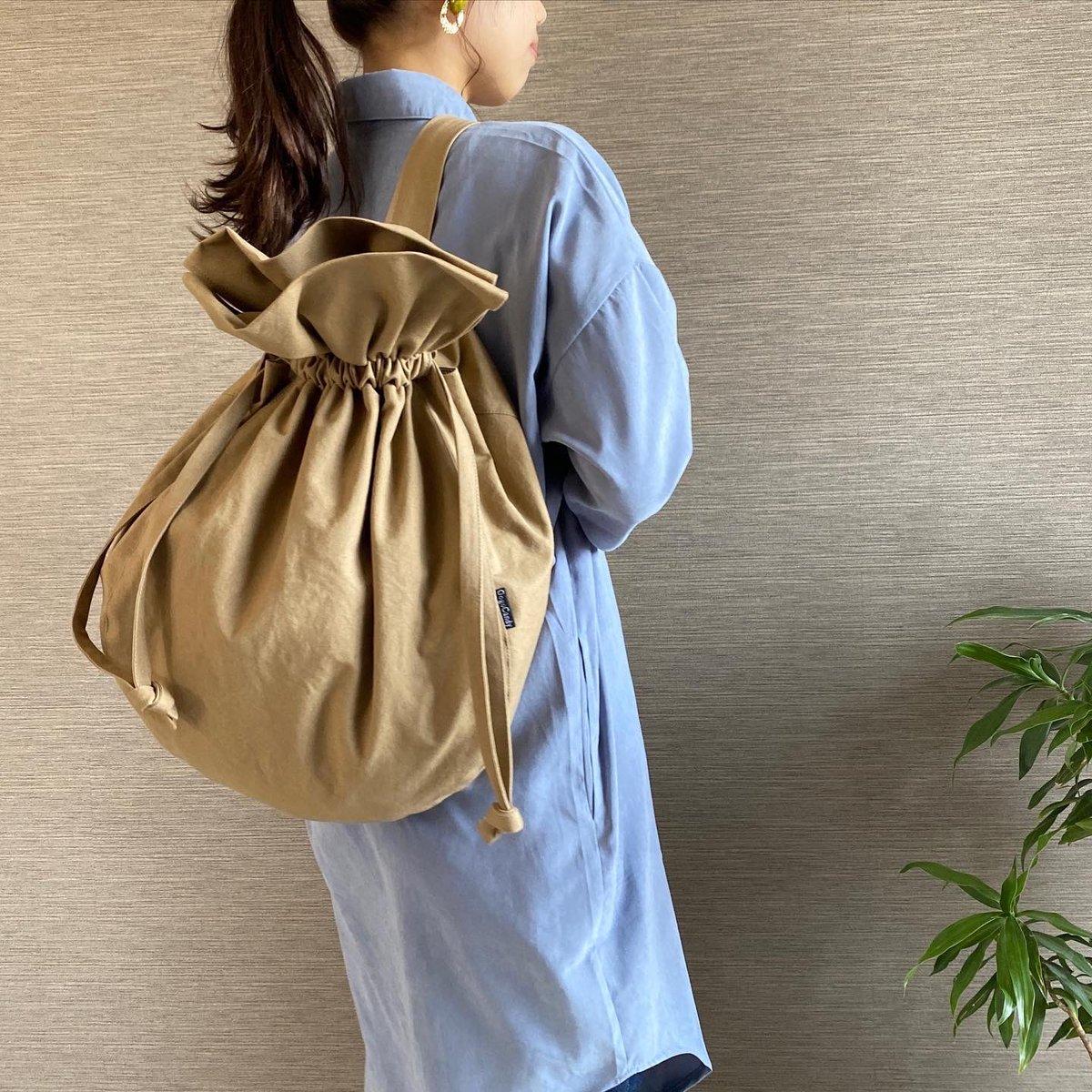 でっかい巾着型のスリングバッグ タマゴみたいな可愛い形 ネーミングは『たまGoバッグ』 た〜っぷり入るから使い勝手抜群です#巾着バッグ #でっかいバッグ #ワンショルダーバッグ #ボディーバッグ #メルカリ  #メルカリ出品中  #handmade #GogoCandy #あーこpic.twitter.com/xgoNUxXN8d