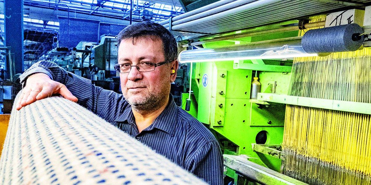 Industrie hautnah: Der Teppichspezialist Vorwerk fertigt Bodenbeläge für Hotels.  Die Fasern aus Polyamid dämmen den Schall, sind leicht zu reinigen und gut verträglich für Allergiker. aktiv hat sich die #Produktion in Hameln mal angesehen: http://ao5.de/zb #Textilpic.twitter.com/s1TAUzPFPB