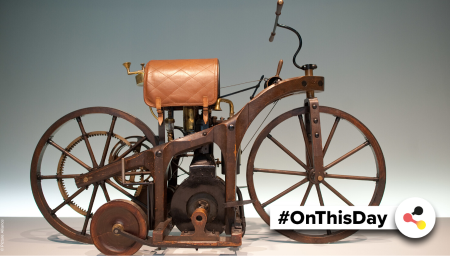#OnThisDay in #Germany: In 1885, Gottlieb #Daimler received a #patent for the grandfather clock engine he had invented. It powers the first #motorbike developed with a petrol engine, the so-called riding car. #OTD #GermanHistory #Technology #Invention @Daimlerpic.twitter.com/yPtcr5Bmw9