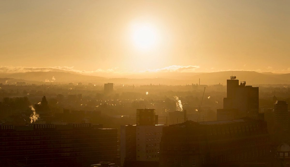 #Sunrise, looking east from the center of #Manchester. From a rooftop on an ice cold winters morning a couple of years ago.  #city #photography #light #morningpic.twitter.com/DbhHr1MMW6