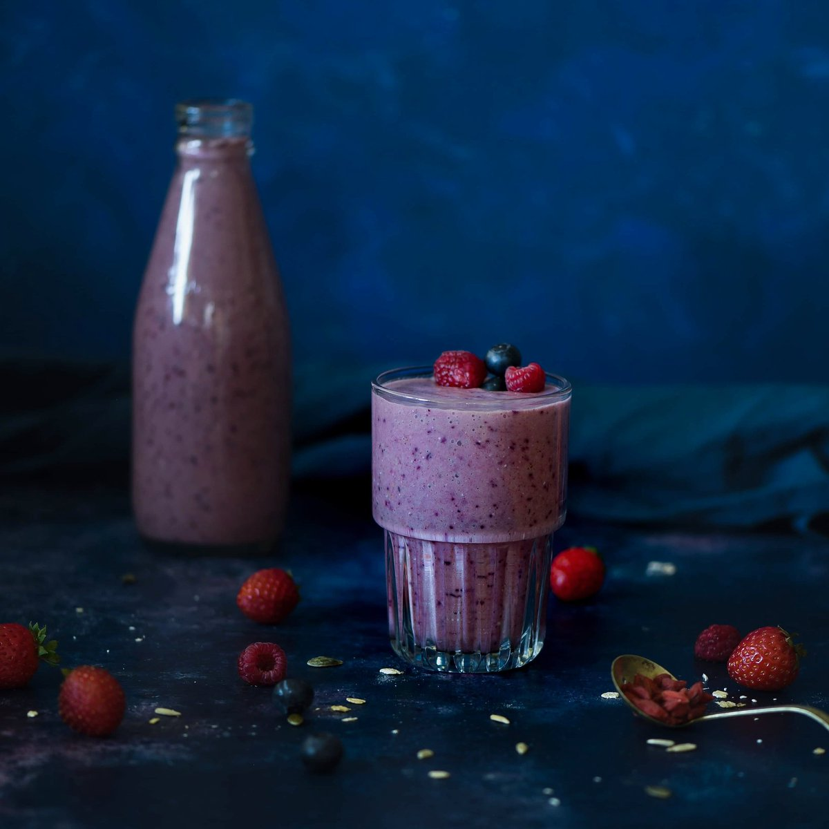 In these crazy times we need to keep on top of our health now more than ever. My favourite way to start the day is with an acai berry antioxidant smoothie. Made with acai berry powder, blueberries & @chiabiaseed chiaseeds we are ready to tackle what today may bring ❤ #smoothie https://t.co/9CO1ypeiQG