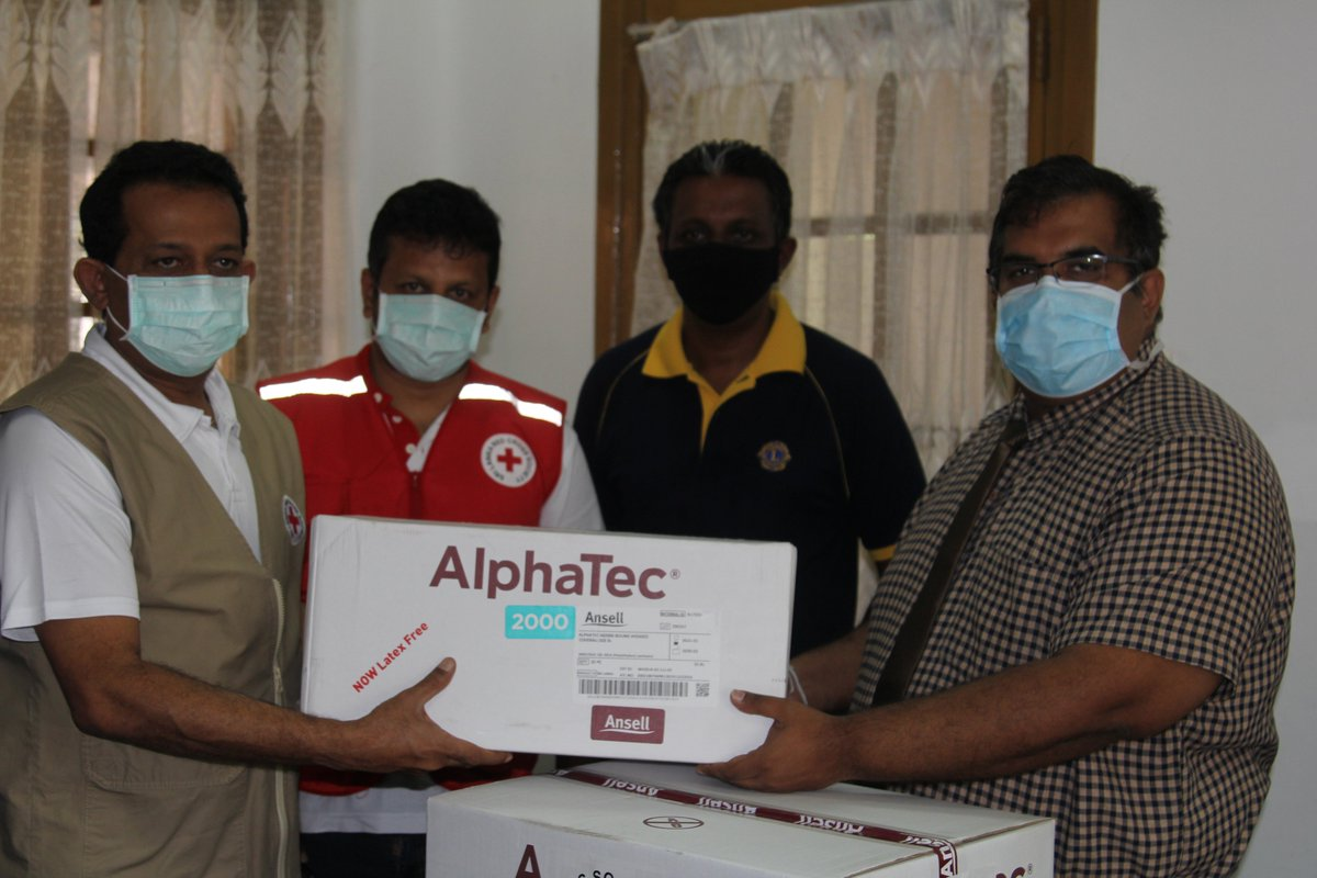 Today the SLRCS donated 500 personal protective equipment (PPE) kits to the IDH, as part of our 'Suwa Viru Garu Saru' campaign. You can also support this campaign by contributing at: https://t.co/VoDGq4UqEY   #COVID19SL #coronavirus #SLRedCross https://t.co/sbO8tiLmyn
