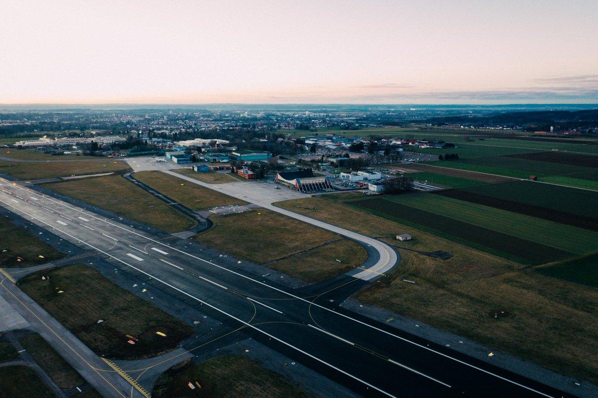 Ab Sonntag, den 05.04. wird der Betrieb am Flughafen weiter eingeschränkt. Flüge sind dann nur noch nach Voranmeldung möglich. Das Terminal und die Flughafeninformation bleiben für vorerst zwei Wochen geschlossen. Weitere Infos unter https://t.co/C8dixzNARv…/ https://t.co/e7T801mJ2g