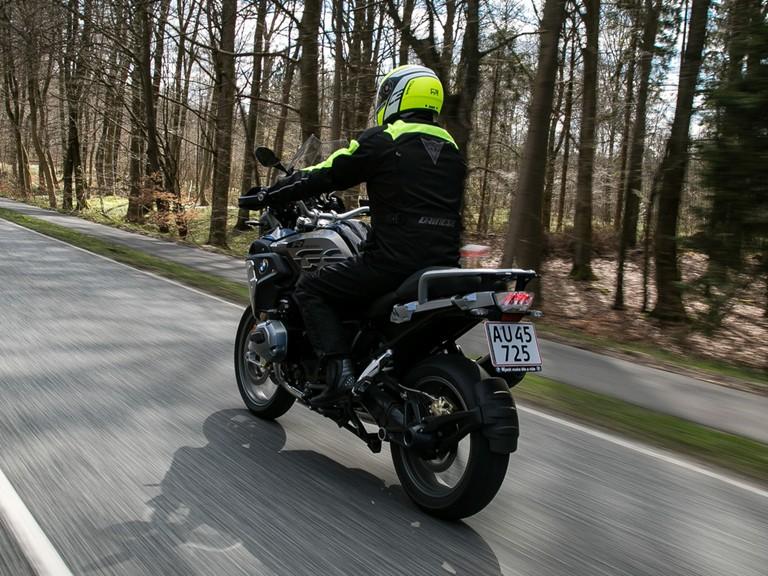 Skal du ud og nyde en frisk tur på motorcyklen i dag? God tur – men overhold nu hastighedsgrænserne. Dødsulykker med motorcykler skyldes ofte for høj fart og at andre fejlvurderer, hvor hurtigt motorcyklen kører. #sikkertrafik #politidk https://t.co/NA5fqdFX4I