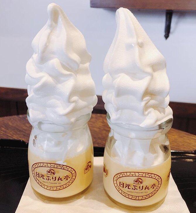 栃木県日光東照宮・神橋の近くにあるプリン専門店「日光プリン亭」の、プリンの上にバニラソフトクリームがのった「ハーフプリンソフト」✨
