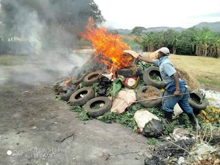Zimbabwean police raided farmers who defied the 21 days Lockdown. They took and burnt their produce .<br>http://pic.twitter.com/hmLSNSA6Yo