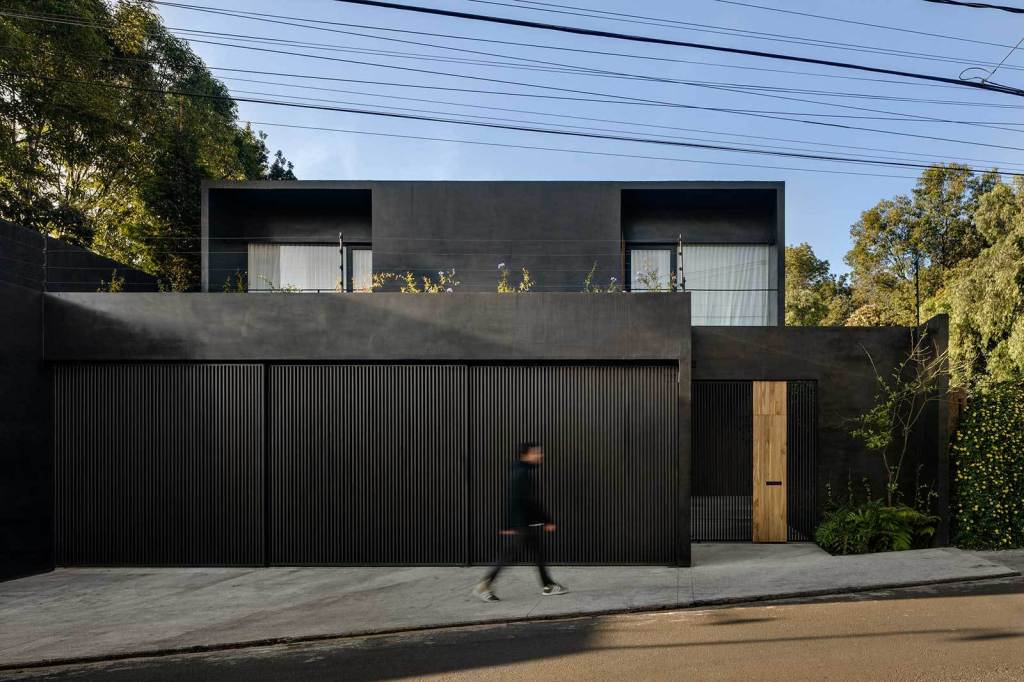 Mexican Architecture firm Pérez Palacios Arquitectos Asociados completed in 2018 a matte black single-family house in Jardines del Pedregal. #mexicanarchitecture #mexicanhouses #PPAA https://archeyes.com/lluvia-house-in-mexico-ppaa-perez-palacios-arquitectos-asociados/…pic.twitter.com/IIMA6dPeCJ