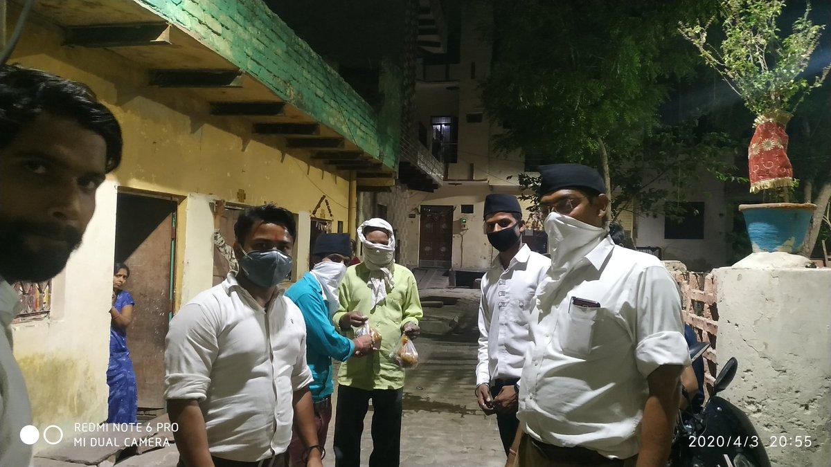 नर सेवा नारायण सेवा राष्ट्रीय स्वयंसेवक संघ द्वारा वार्ड 58,59 नारायच में घर घर खाने के पैकेट पहुंचाने का कार्य किया। जिसमें धर्मेश जी भाई साहब, शिवम जी, शुभम जी, लवकुश जी अन्य कार्यकर्ता मौजूद रहे। जय श्री राम @narendramodi @ABPNews @myogiadityanath @SudarshanNewsTVpic.twitter.com/XHLqFk142F