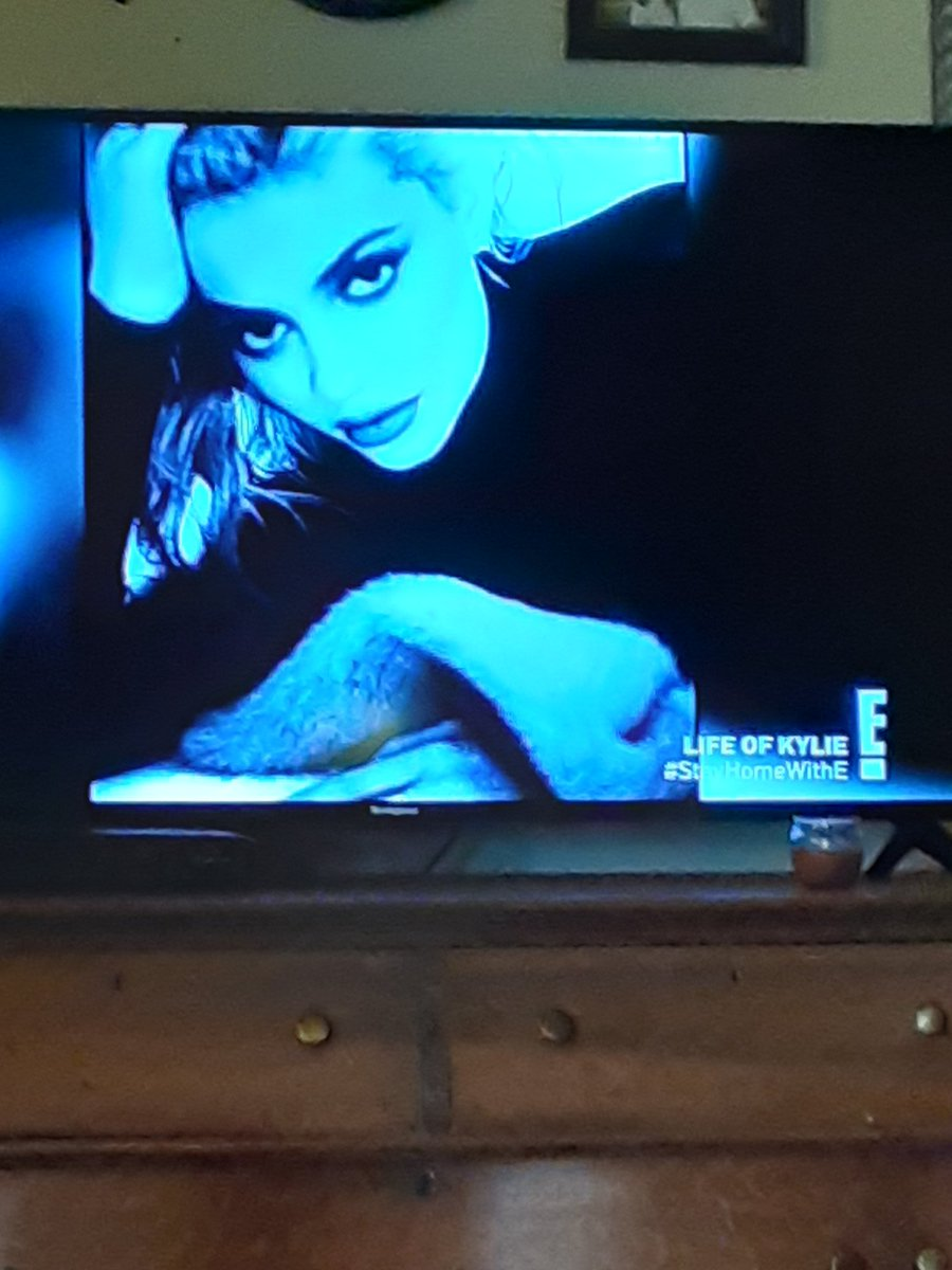 @KylieJenner you look so much like @khloekardashian in this pic, it's the first time I've noticed the resemblance. I'm watching #lifeofkylie pic.twitter.com/wgT8qZTG8X