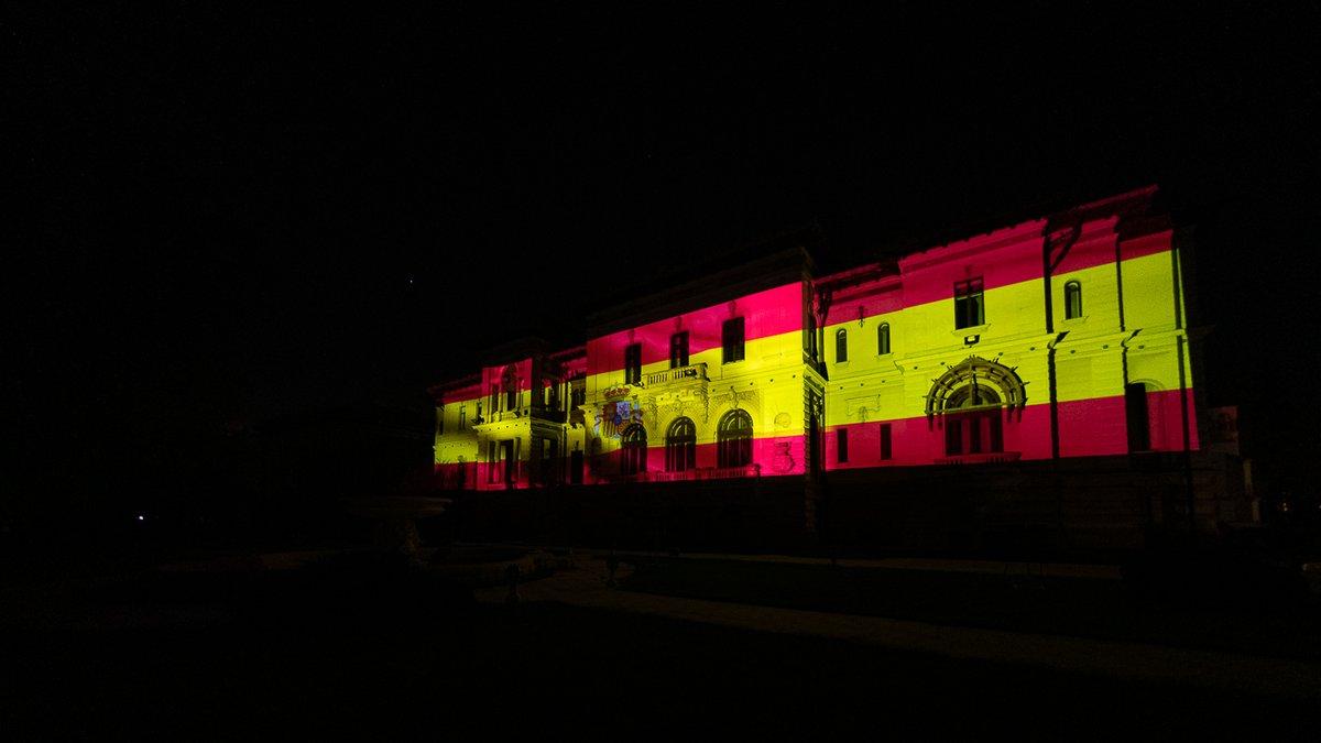 Rumanía se solidariza plenamente con España en este difícil período. Esta noche, el Palacio Presidencial rumano está iluminado con los colores de la bandera 🇪🇸.  #EsteVirusLoParamosUnidos #StrongerTogether @sanchezcastejon https://t.co/CNRAtglaNY