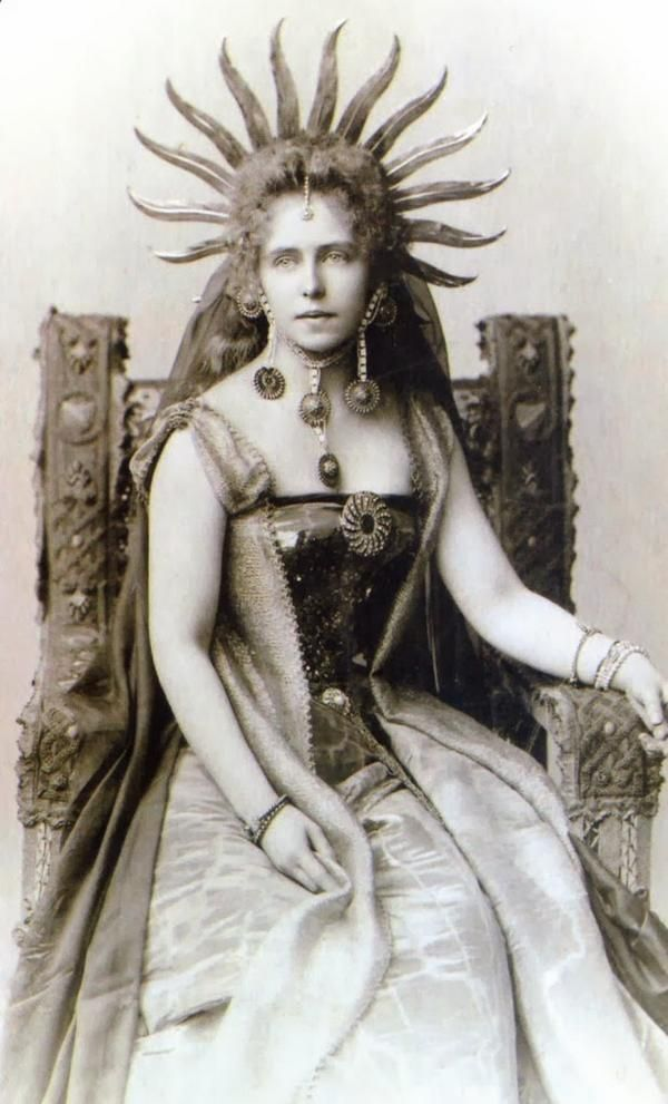 Photograph of Queen Marie of Romania, late 1890. Marie published 34 books and short stories, both in Romanian and English, during her lifetime. #Royalty #VintageFashionpic.twitter.com/6QluShAlS2