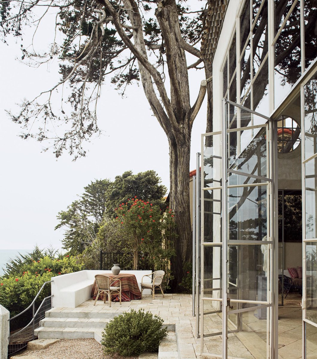 Meticulously crafted steel windows open to an ocean outlook in Richard Shapiro's Malibu beachfront residence 🌊  #LA #bjornfarrugiarealestate #hiltonhyland #luxuryhomes #milliondollarlisting #residential #realestateagent #zillow #luxuryrealestate #architecture #views #l4l