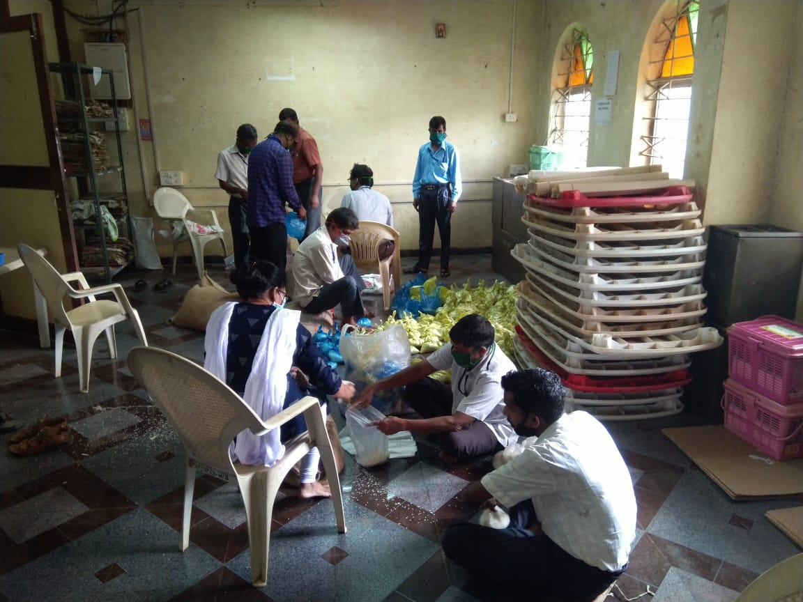 South collectorate and Dy. Collector and Mamlatdar Office Staff working tirelessly for the needy, packing of dry ration. #workinprogress #goafightscovid19pic.twitter.com/VDUpTseRYo