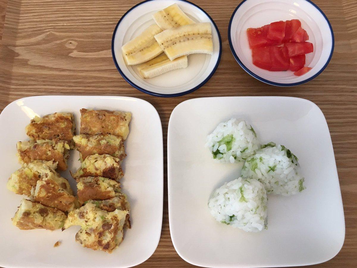 娘の昼ごはん納豆お好み焼き、あおさおにぎり、バナナ、トマト納豆お好み、納豆苦手ですがほぼ食べてくれました。徐々に大きくしてきたおにぎり、、大きすぎて手につく!と、頭を椅子の背にガンガンして大激怒でした🙄
