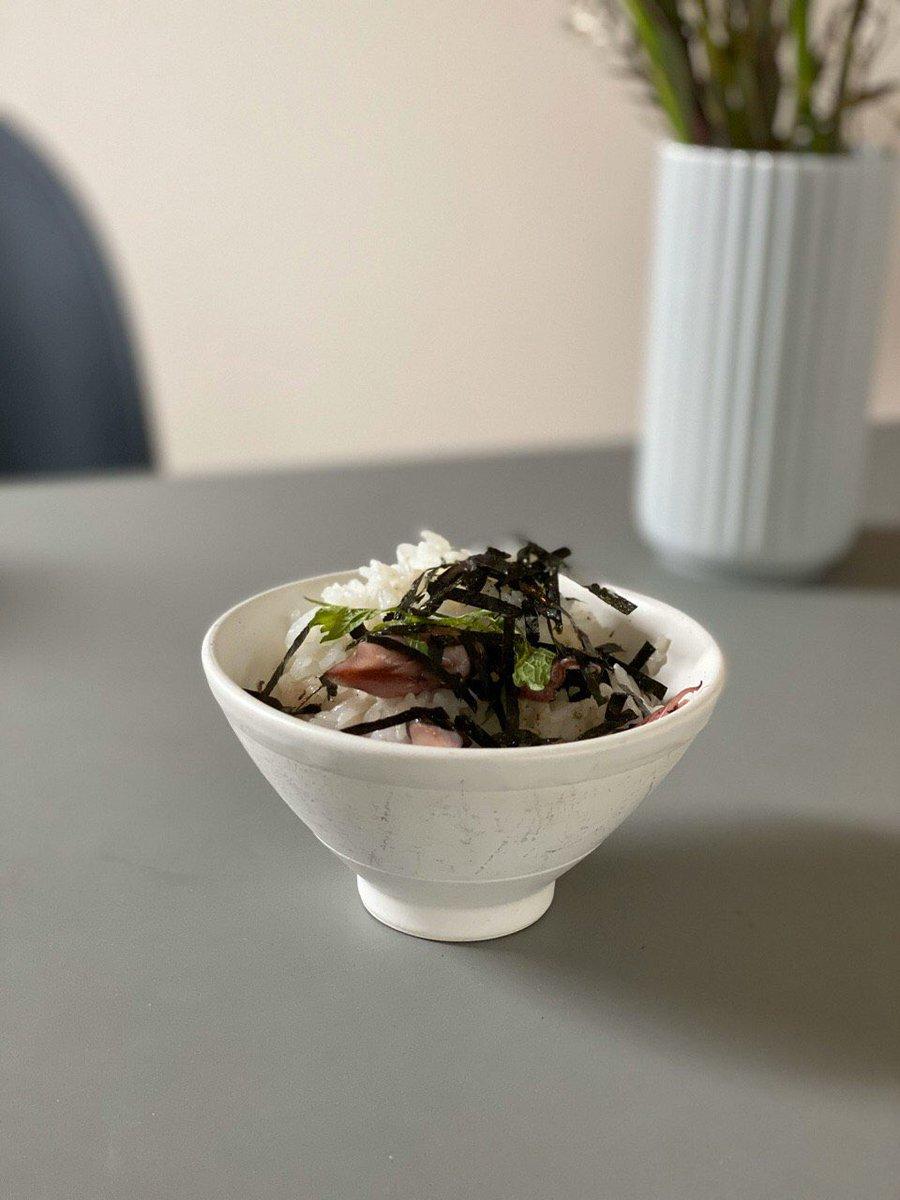 ぬま田海苔のサイトに載ってた【ホタルイカとブラックオリーブのおにぎり】握るのが難しくて混ぜご飯になった。刻み海苔を乗せて。美味しかった〜#我が家の海苔レシピ