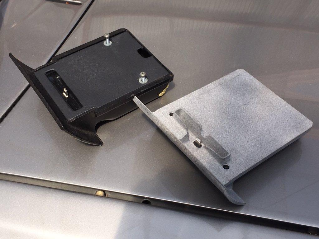今まで純正灰皿を加工して適当なiPhoneドックを仕込んでたんですが、最近接触不良気味で音楽も途切れがちでストレス溜まりまくりだったので、まるっと専用設計に作り替えてやりました。はっはっは。  #DesignSparkMechanical #3Dcad #DMMmake #3Dprinted