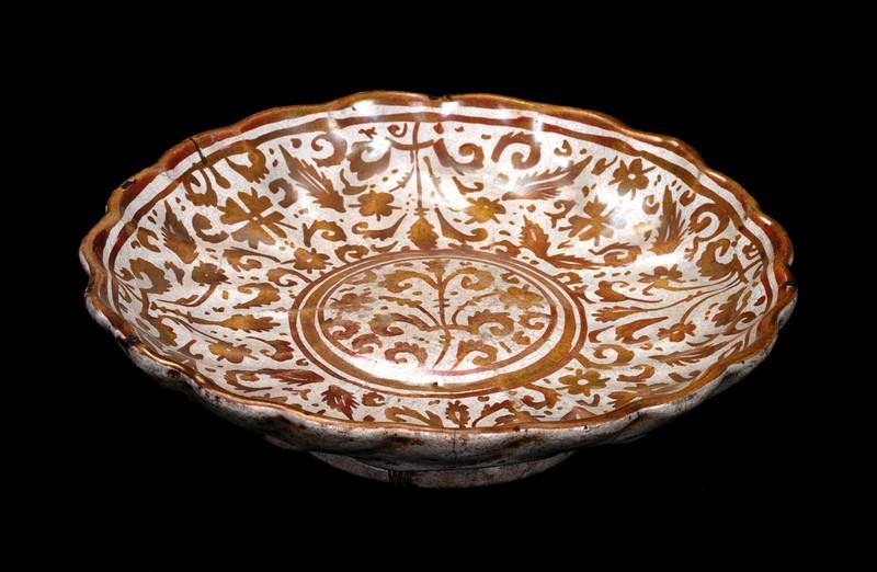 #ConfinementJour19 #JEMAchezmoi #LeSaviezVous On parle aussi de lustre dans la #ceramique, décor à reflets métalliques du à un mélange d'oxydes (cuivre/argent) et d'ocre. Ici sur une coupe 1579 #Italie @MagninMusee #Culturecheznous @MinistereCC #ConfinementMuseeURL #handmade