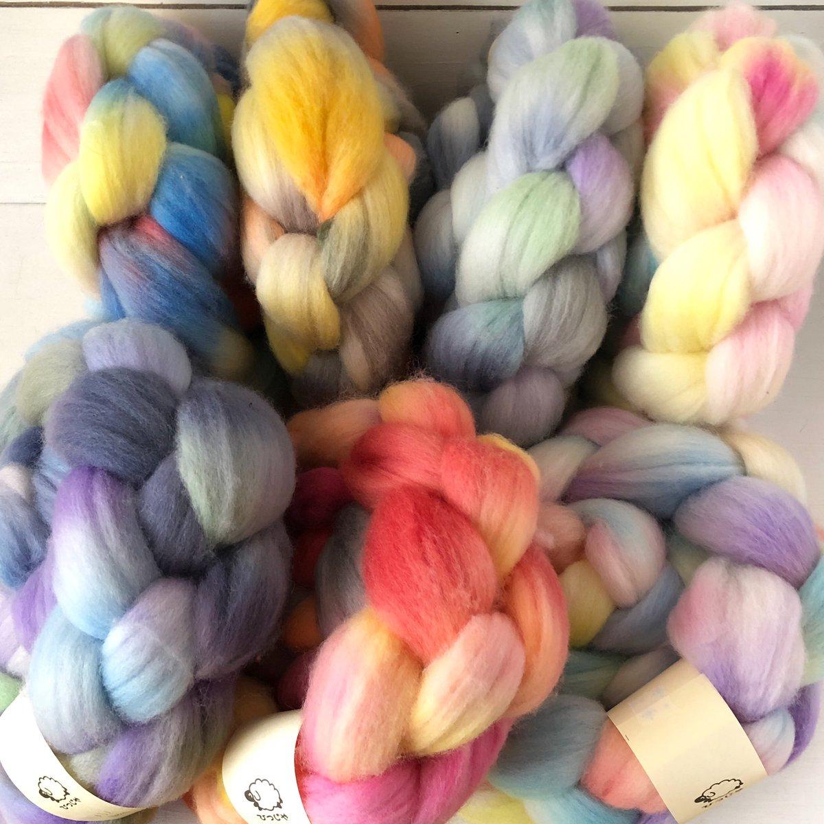 メリノ新色。 最近ようやく、ようやく渋い色も気持ちよく躊躇いなく落とせるようになってきた。精進精進。  撮影してWeb Shopへアップしますが、もし気になる色があればお知らせください。  #hitsujiyajp #ひつじや #merino #メリノ #spinningfiber #手紡ぎ素材 #手染め #手染め羊毛pic.twitter.com/TfCxIaVlmg