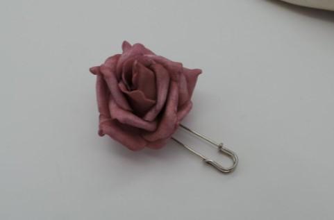 #Broche imperdible con rosa de color granate. Fabricación 100 artesanal... Informacion:  #zocoup #hechoamano #artesanal #moda #complemento #bisuteria #gomaeva #regalounico #regalosoriginales #regalosSanValentin #handmade