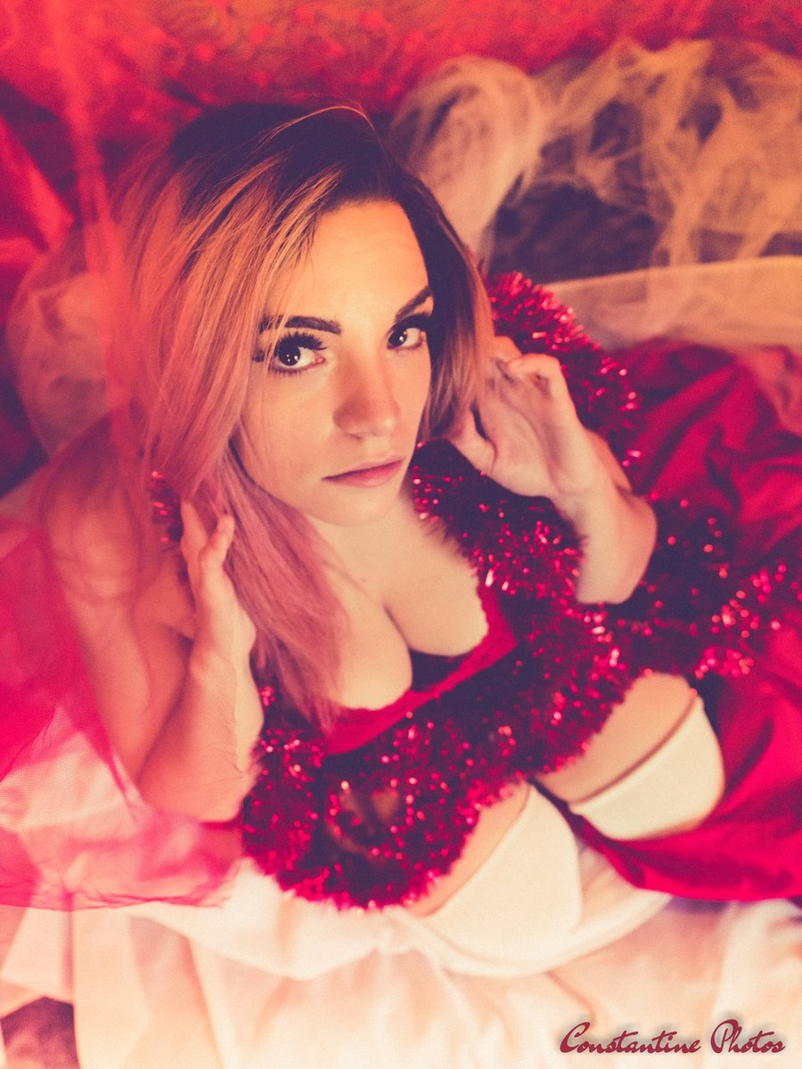 http://sm.bentbox.co/showbox?0UJiNSi4 … Jennie's Been Naughty #sexy #hot #sexysanta #christmas #femalemodel #boudoir #red pic.twitter.com/i6QXH7e57W