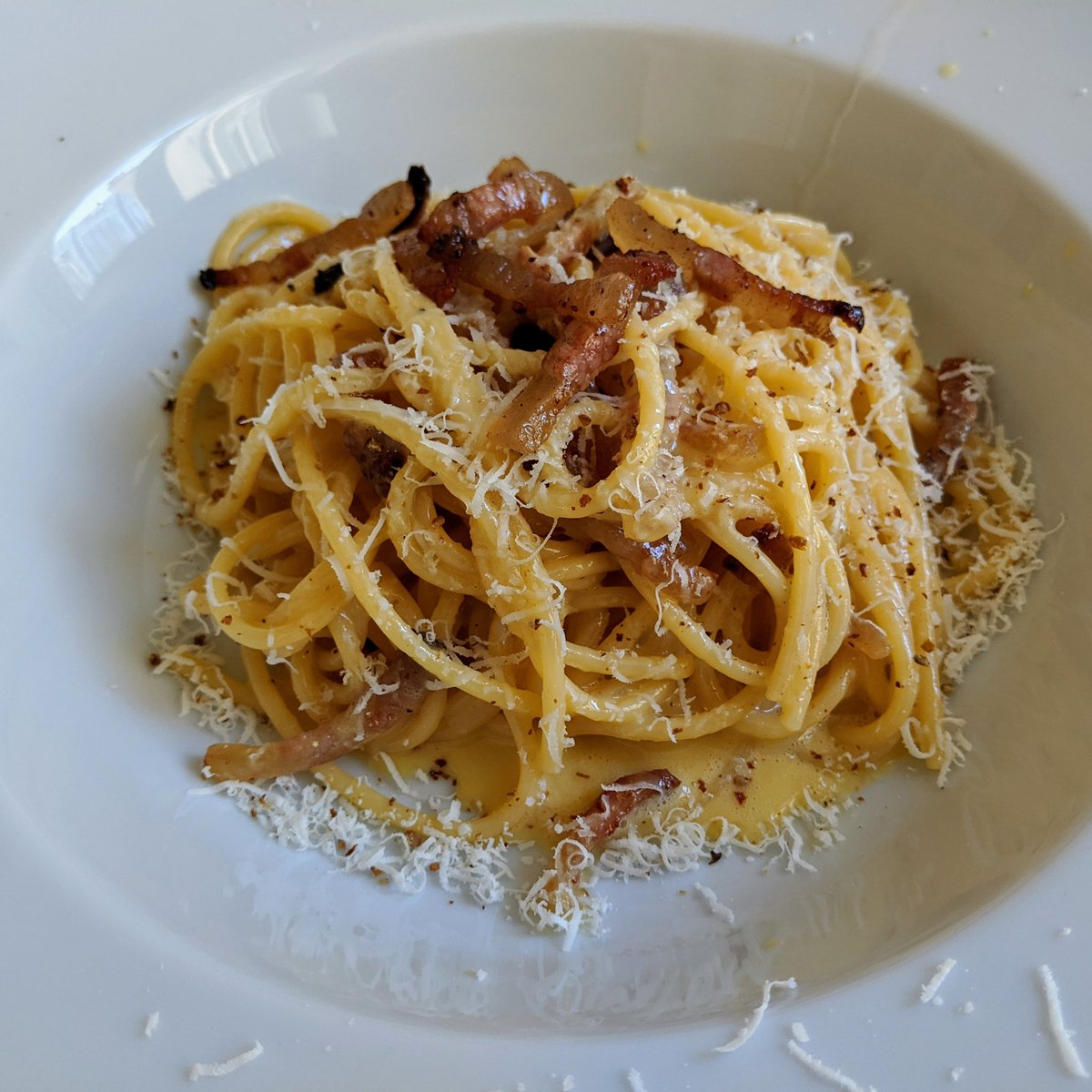 And for #carbonaraday, here's a proper #carbonara, with only #eggs, #guanciale, and #pecorinoromano. And absolutely no cream. #nocreamincarbonarapic.twitter.com/h8XtGiIgVX