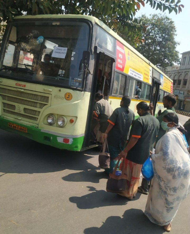 #TNIEupdatesOnCovid19 Pick up and drop facilities arranged for Pourakarmikas by KSRTC in #Mysuru.  @XpressBengalurupic.twitter.com/Q0ChV6UWhW
