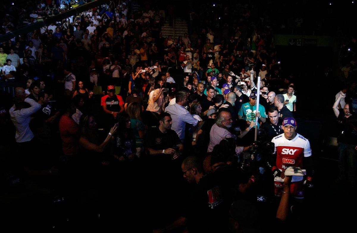Tá começando AGORA no @canalcombate a reprise do #UFCSP de 2013, evento que teve @vitorbelfort e @bisping na luta principal! Se liga lá! 👊👊👊 #EmCasacomUFC #HomeWithUFC https://t.co/g7J0cGrnTh
