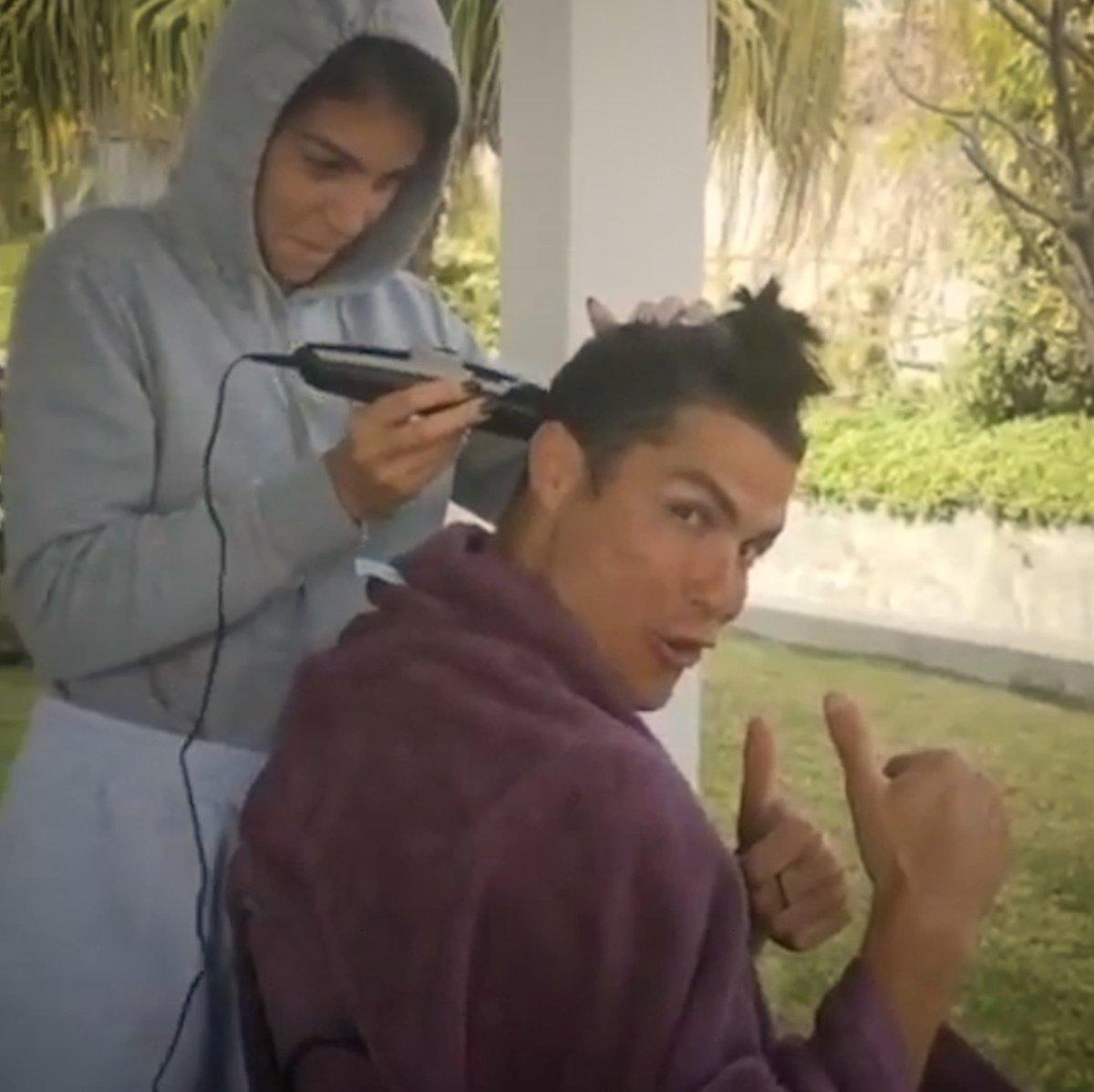 Novos cortes de cabelo 💈, exercícios físicos 💪 e cães. 🐶  Os Bianconeri em casa 🏠⚪️⚫️