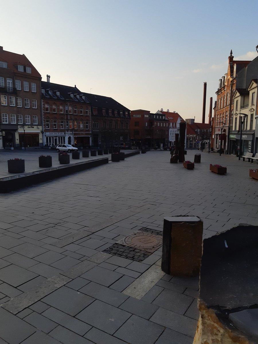 Fred og ro på Schweizerpladsen i Slagelse. #COVID19 #politidk #StayAtHome https://t.co/ddP53hKeOh