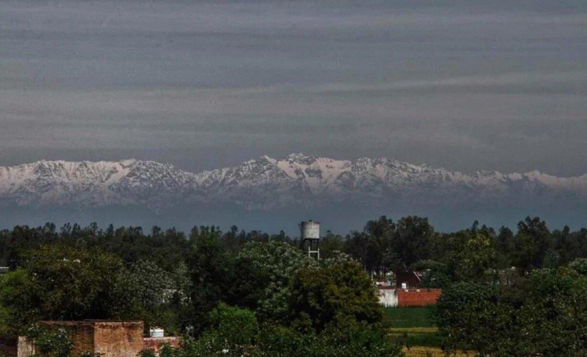 Wauw..... voor het eerst na de Tweede Wereldoorlog is de bergketen van de Himalaya zichtbaar vanaf 230 km door minder luchtvervuiling! #CoronaVoordelen https://t.co/2xTnHtuvQK https://t.co/wqFYd1DNIS