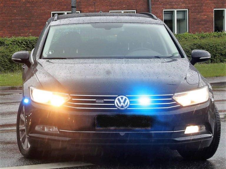 Aabenraa: Flere anmeldelser om en bil der kørte rundt med blå blink. Vi fik fat i en ung mand i en hvid bil der var udstyret med flere blå blink, og efter vores opfattelse kunne den sagtens forveksles med en rigtig politibil. Der venter nu den unge fører et efterspil #politidk https://t.co/VnA0iEvldk