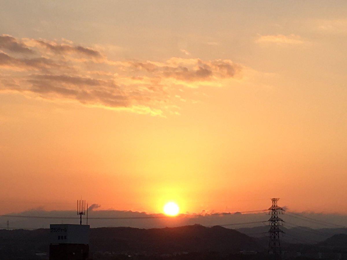 おはようございます! 深呼吸と願い事を! #morning   #morningglow   #sun   #sunrise   #sky  #朝  #朝日  #朝陽  #朝焼   #朝焼け  #日の出  #日之出  #太陽  #空  #雲  #cloud  #rain   #雨  #青  #赤  #blue  #red  #horizon  #山  #gradation  #グラデーション  #光  #light  #love  #dream