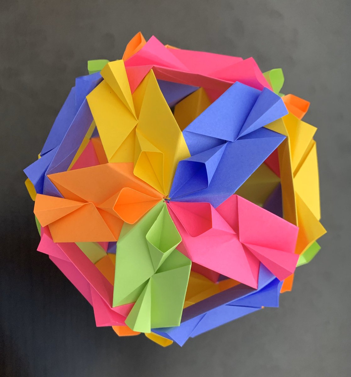 A picture of a modular origami representing an icosahedron , built ... | 1200x1117