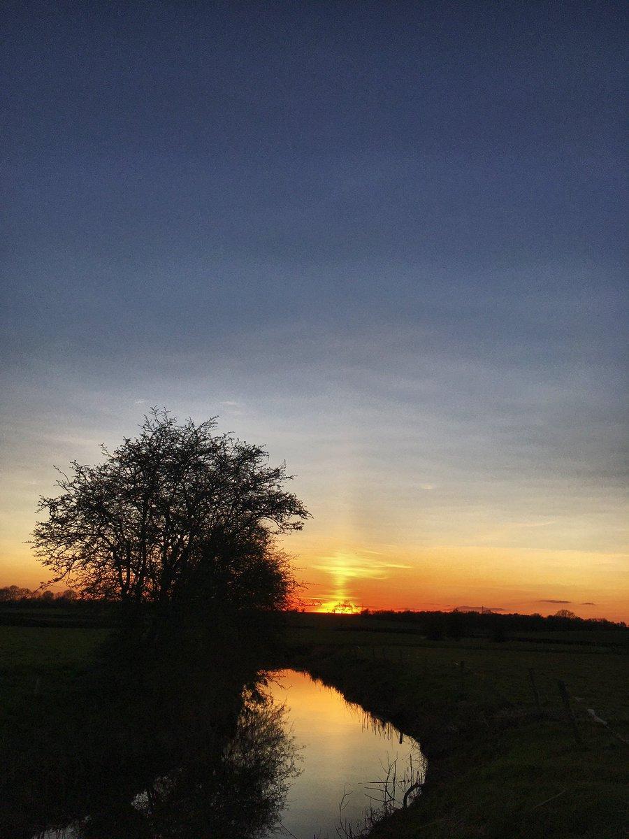 A little #SunPillar at #Sunset?? #RiverSwift #Warwickshire #SaturdayMotivationpic.twitter.com/HynQCI73wp
