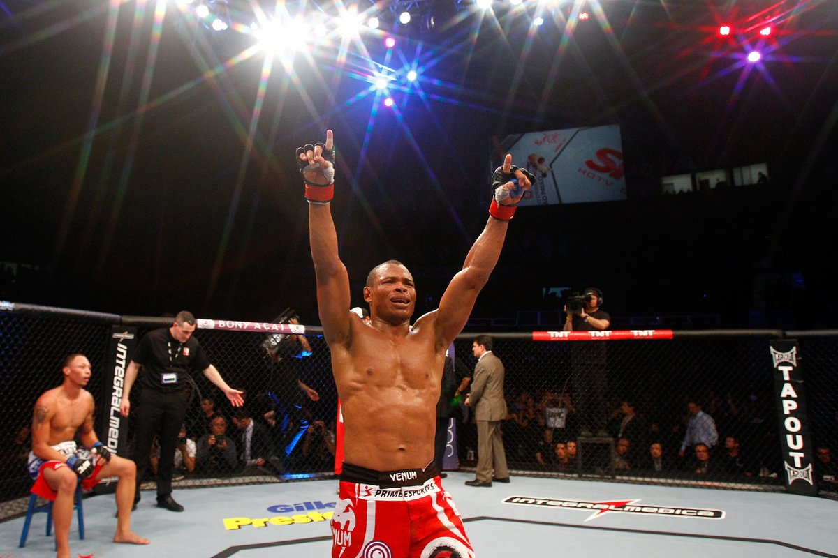 O homem que nasceu para bater em outro homem conquistava a sua segunda vitória no Octógono do #UFCSP de 2013.  Se liga no @canalCombate e reveja o card inteiro! #EmCasacomUFC #HomeWithUFC https://t.co/0m2ohdFvru