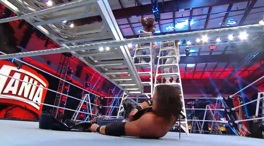 #WrestleMania  John Morrison vence a Kofi Kingston y Jimmy Uso, de esta manera The Miz & Morrison siguen siendo los campeones en parejas de Smackdownpic.twitter.com/nIZdTkDMCp